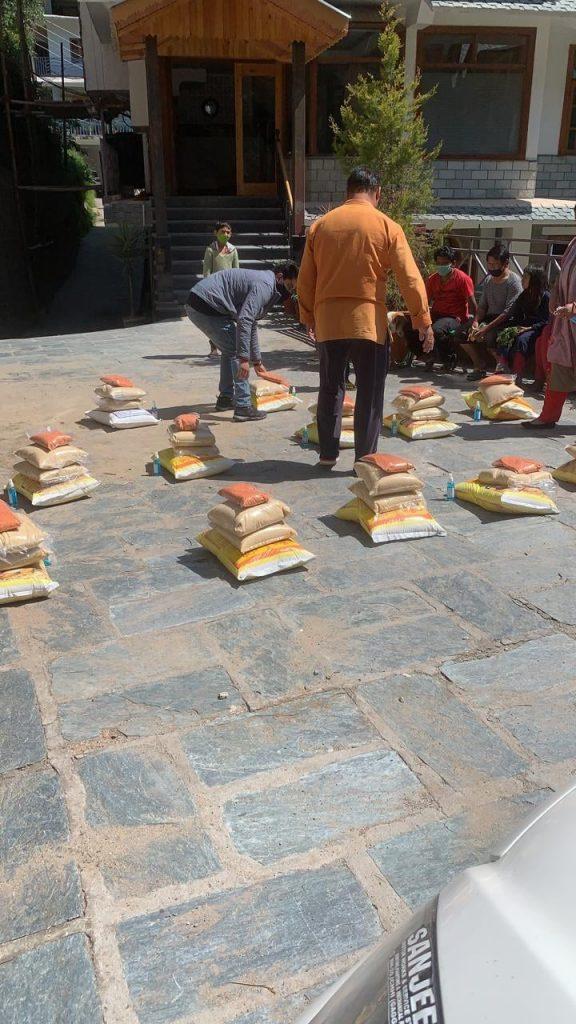 Food Provision to 25 needy families in North India, Dharamshala  25份粮食分配于北印度达兰沙拉的有需家庭