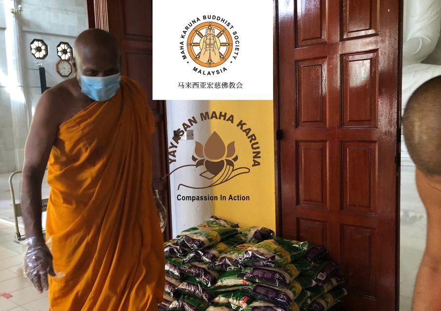 𝟕 𝐉𝐮𝐥𝐲 𝟐𝟎𝟐𝟏 | 𝐌𝐞𝐦𝐛𝐞𝐫𝐬 𝐨𝐟 𝐒𝐚𝐧𝐠𝐡𝐚 𝐇𝐞𝐥𝐩𝐢𝐧𝐠 𝐅𝐨𝐫 𝐓𝐡𝐞 𝟓𝟓𝟎 𝐬𝐞𝐭 𝐨𝐟 𝐅𝐨𝐨𝐝 𝐏𝐫𝐨𝐯𝐢𝐬𝐢𝐨𝐧 𝐏𝐚𝐜𝐤𝐢𝐧𝐠 【马来西亚宏慈佛教会】2021年7月7日 | 僧团亲力亲为处理550份粮食分配