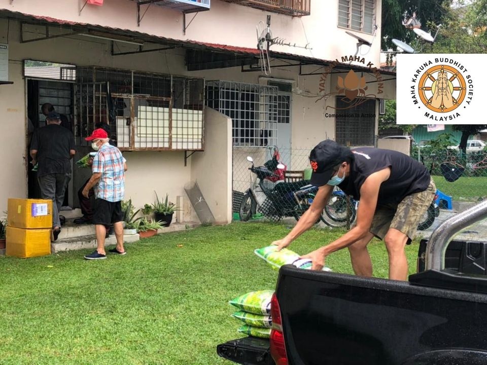 【𝐌𝐚𝐥𝐚𝐲𝐬𝐢𝐚 𝐌𝐚𝐡𝐚 𝐊𝐚𝐫𝐮𝐧𝐚 𝐁𝐮𝐝𝐝𝐡𝐢𝐬𝐭 𝐒𝐨𝐜𝐢𝐞𝐭𝐲】𝟏 𝐉𝐮𝐥𝐲 𝟐𝟎𝟐𝟏 | 𝐂𝐡𝐞𝐫𝐚𝐬, 𝐊𝐋 | 𝐅𝐨𝐨𝐝 𝐏𝐫𝐨𝐯𝐢𝐬𝐢𝐨𝐧 𝐓𝐨 𝐓𝐡𝐞 𝟑𝟎𝟎 𝐍𝐞𝐞𝐝𝐲 𝐅𝐚𝐦𝐢𝐥𝐢𝐞𝐬 【马来西亚宏慈佛教会】2021年7月1日 | 吉隆坡焦赖 | 粮食送援 300 户家庭