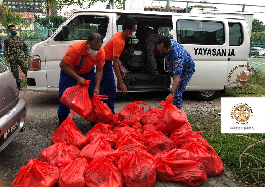 【𝐌𝐚𝐥𝐚𝐲𝐬𝐢𝐚 𝐌𝐚𝐡𝐚 𝐊𝐚𝐫𝐮𝐧𝐚 𝐁𝐮𝐝𝐝𝐡𝐢𝐬𝐭 𝐒𝐨𝐜𝐢𝐞𝐭𝐲】𝟒 𝐉𝐮𝐥𝐲 𝟐𝟎𝟐𝟏 | | 𝐏𝐊𝐏𝐃 𝐅𝐥𝐚𝐭 𝐒𝐞𝐜𝐭𝐢𝐨𝐧 𝟏 & 𝐒𝐞𝐜𝐭𝐢𝐨𝐧 𝟐 𝐖𝐚𝐧𝐠𝐬𝐚 𝐌𝐚𝐣𝐮, 𝐊𝐋 | 𝐈𝐦𝐦𝐞𝐝𝐢𝐚𝐭𝐞 𝐑𝐞𝐥𝐢𝐞𝐟 𝐭𝐨 𝐏𝐏𝐑 𝐑𝐞𝐬𝐢𝐝𝐞𝐧𝐭𝐬 𝐅𝐚𝐜𝐢𝐧𝐠 𝐅𝐨𝐨𝐝 𝐒𝐡𝐨𝐫𝐭𝐚𝐠𝐞 【马来西亚宏慈佛教会】2021年7月4日 | 吉隆坡旺沙玛珠区1及区2组屋区 | 即时粮食送援 75 户受困家庭