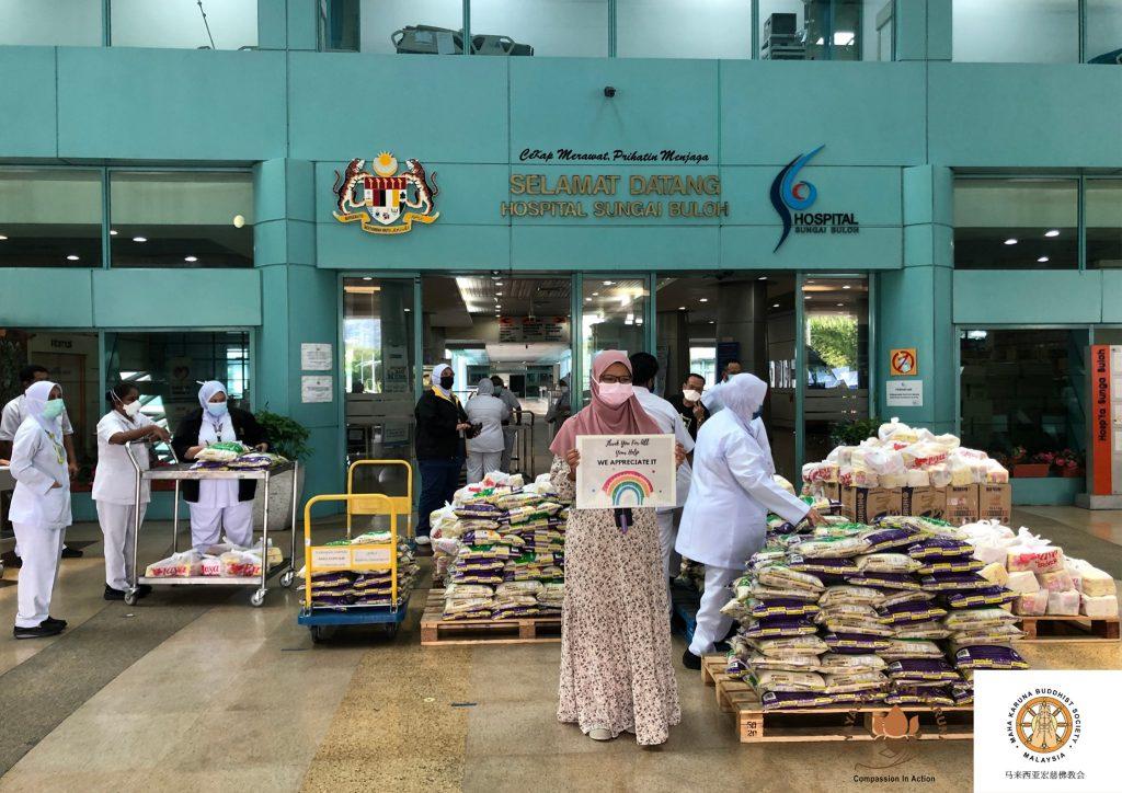 【𝐌𝐚𝐥𝐚𝐲𝐬𝐢𝐚 𝐌𝐚𝐡𝐚 𝐊𝐚𝐫𝐮𝐧𝐚 𝐁𝐮𝐝𝐝𝐡𝐢𝐬𝐭 𝐒𝐨𝐜𝐢𝐞𝐭𝐲】29 𝐉𝐮𝐥𝐲 𝟐𝟎𝟐𝟏 | 𝐇𝐚𝐧𝐝𝐨𝐯𝐞𝐫 𝟐4𝟎 𝐬𝐞𝐭 𝐨𝐟 𝐩𝐫𝐨𝐯𝐢𝐬𝐢𝐨𝐧𝐬 𝐭𝐨 𝐇𝐨𝐬𝐩𝐢𝐭𝐚𝐥 𝐒𝐮𝐧𝐠𝐚𝐢 𝐁𝐮𝐥𝐨𝐡 【马来西亚宏慈佛教会】2021年7月29日 | 移交240份物资于双溪毛糯医院前线医务人员