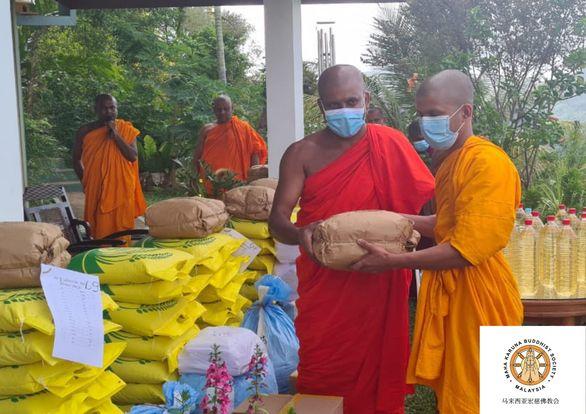 𝐎𝐧 𝟐𝟖 𝐉𝐮𝐥𝐲 𝟐𝟎𝟐𝟏, 𝐌𝐚𝐡𝐚 𝐊𝐚𝐫𝐮𝐧𝐚 𝐁𝐮𝐝𝐝𝐡𝐢𝐬𝐭 𝐒𝐨𝐜𝐢𝐞𝐭𝐲 𝐡𝐚𝐝 𝐡𝐚𝐧𝐝𝐨𝐯𝐞𝐫 𝟏 𝐦𝐨𝐧𝐭𝐡 𝐝𝐚𝐧𝐚 𝐫𝐞𝐪𝐮𝐢𝐬𝐢𝐭𝐞 𝐭𝐨 𝟏𝟖 𝐮𝐧𝐢𝐭 𝐨𝐟 𝐌𝐨𝐧𝐤 𝐏𝐢𝐫𝐢𝐯𝐞𝐧𝐚 𝐈𝐧𝐬𝐭𝐢𝐭𝐮𝐭𝐢𝐨𝐧 𝐢𝐧 𝐌𝐚𝐭𝐚𝐥𝐞, 𝐒𝐫𝐢 𝐋𝐚𝐧𝐤𝐚. 【马来西亚宏慈佛教会】 于 𝟐𝟎𝟐𝟏年𝟕月𝟐𝟖日移交𝟏个月粮食资具于𝟏𝟖所位于斯里兰卡𝐌𝐚𝐭𝐚𝐥𝐞 的僧侣佛学院。